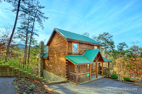 Swimming pool cabins in downtown pigeon forge tennessee for Pigeon forge large cabin rentals
